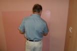 Typický postoj pana malíře, k nám zády čele ke stěně